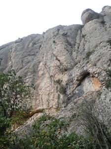 Vista cerca de pie de vía con la roca que sobresale como referencia