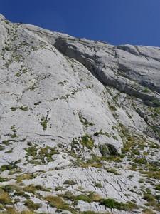 Cerca del pie de vía. A la derecha se aprecia la cueva de la vía vecina