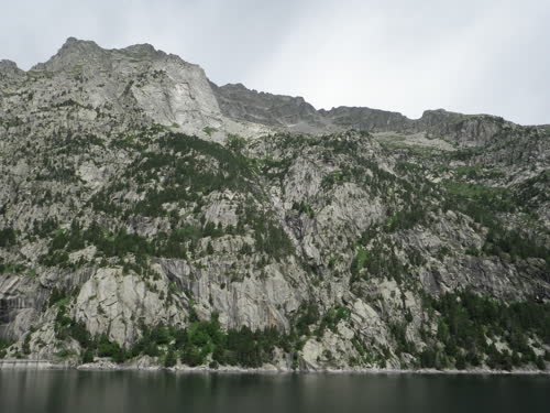 Vista sobre la pared del Enanito Duro y Comalestorres