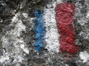 Bandera francesa pintada a pie de vía