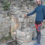 Fuente de agua junto a la iglesia