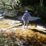 Dani cruzando el río